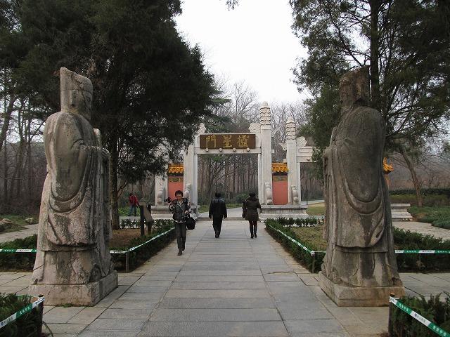 mingxiaoling_gate_s.jpg